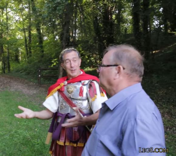 Discussion entre un légionnaire romain et Henri Léchenet à propos du camp de la VIIIe légion